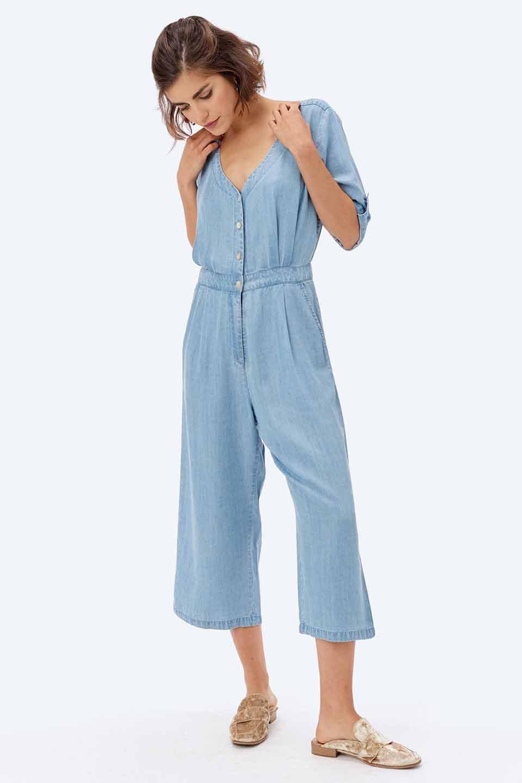 LOVESTITCHのSaoirseCroppedJumpsuitテンセルデニム・クロップドジャンプスーツ/海外ファッションが好きな大人カジュアルのためのLOVESTITCH(ラブステッチ)のボトムやロンパース類。薄手なテンセルデニムを使用したクロップ丈のデニムジャンプスーツ。夏にピッタリのソフトな生地を涼しげなジャンプスーツにしたおすすめアイテムです。/main-13