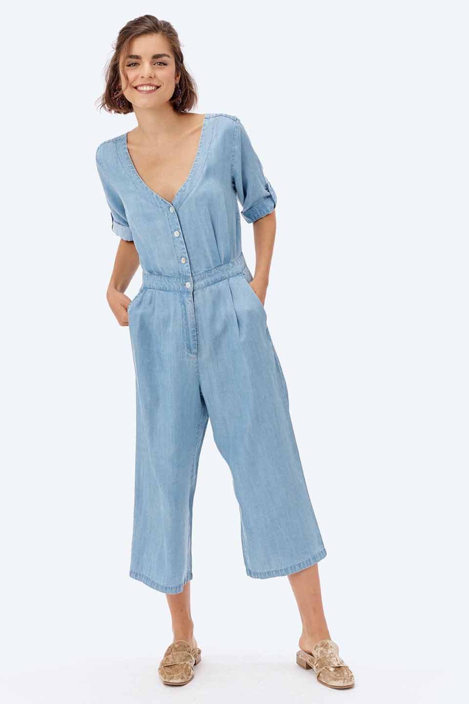 LOVESTITCHのSaoirseCroppedJumpsuitテンセルデニム・クロップドジャンプスーツ/海外ファッションが好きな大人カジュアルのためのLOVESTITCH(ラブステッチ)のボトムやロンパース類。薄手なテンセルデニムを使用したクロップ丈のデニムジャンプスーツ。夏にピッタリのソフトな生地を涼しげなジャンプスーツにしたおすすめアイテムです。/main-16