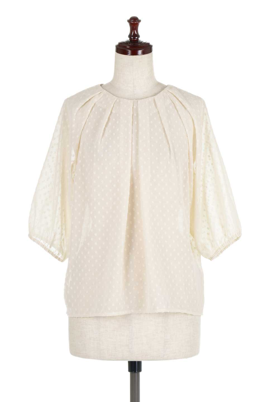 DobbyClothTuckBlouseドビー生地・タックブラウス大人カジュアルに最適な海外ファッションのothers(その他インポートアイテム)のトップスやシャツ・ブラウス。透け感のあるカットドビーの素材感を活かしたパフスリーブブラウス。首元のタックから伸びるドレープと程よい着丈の長さで着回しやすさ抜群のブラウスです。/main-10