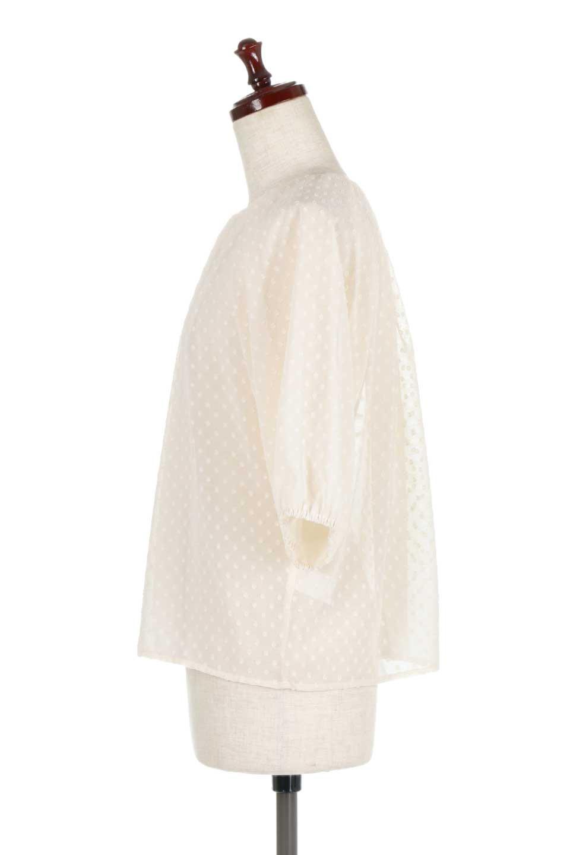 DobbyClothTuckBlouseドビー生地・タックブラウス大人カジュアルに最適な海外ファッションのothers(その他インポートアイテム)のトップスやシャツ・ブラウス。透け感のあるカットドビーの素材感を活かしたパフスリーブブラウス。首元のタックから伸びるドレープと程よい着丈の長さで着回しやすさ抜群のブラウスです。/main-12