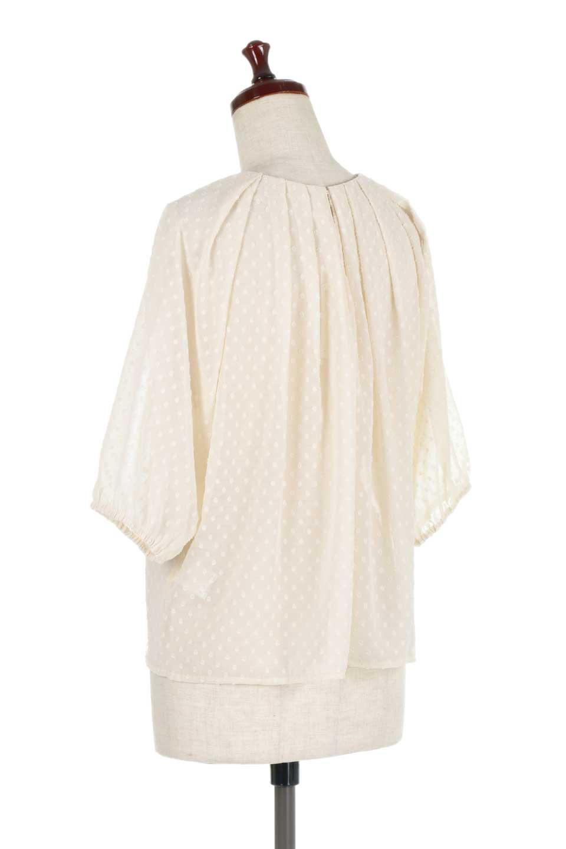 DobbyClothTuckBlouseドビー生地・タックブラウス大人カジュアルに最適な海外ファッションのothers(その他インポートアイテム)のトップスやシャツ・ブラウス。透け感のあるカットドビーの素材感を活かしたパフスリーブブラウス。首元のタックから伸びるドレープと程よい着丈の長さで着回しやすさ抜群のブラウスです。/main-13