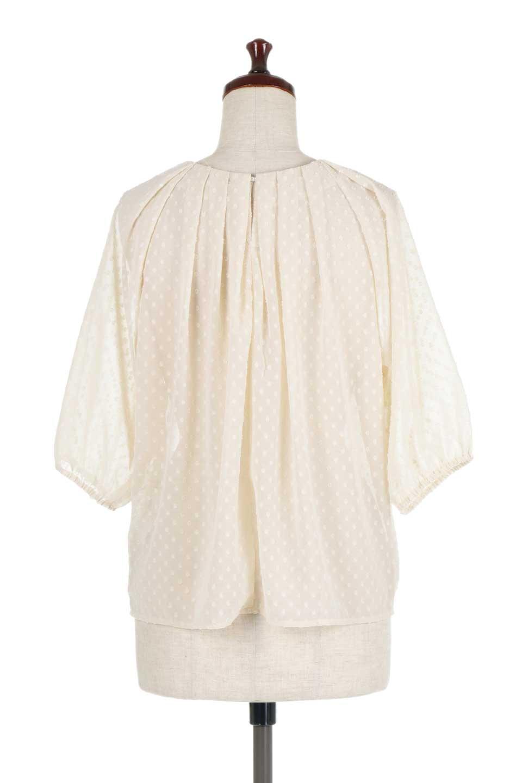 DobbyClothTuckBlouseドビー生地・タックブラウス大人カジュアルに最適な海外ファッションのothers(その他インポートアイテム)のトップスやシャツ・ブラウス。透け感のあるカットドビーの素材感を活かしたパフスリーブブラウス。首元のタックから伸びるドレープと程よい着丈の長さで着回しやすさ抜群のブラウスです。/main-14