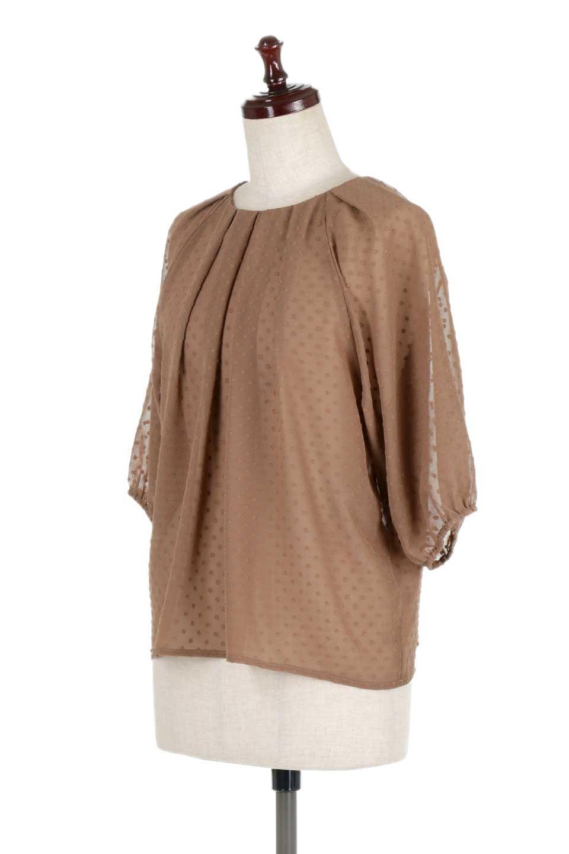 DobbyClothTuckBlouseドビー生地・タックブラウス大人カジュアルに最適な海外ファッションのothers(その他インポートアイテム)のトップスやシャツ・ブラウス。透け感のあるカットドビーの素材感を活かしたパフスリーブブラウス。首元のタックから伸びるドレープと程よい着丈の長さで着回しやすさ抜群のブラウスです。/main-16