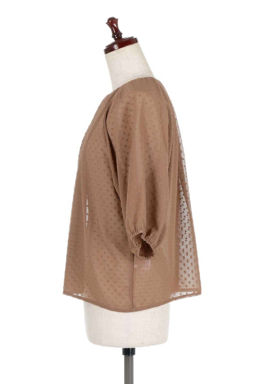 DobbyClothTuckBlouseドビー生地・タックブラウス大人カジュアルに最適な海外ファッションのothers(その他インポートアイテム)のトップスやシャツ・ブラウス。透け感のあるカットドビーの素材感を活かしたパフスリーブブラウス。首元のタックから伸びるドレープと程よい着丈の長さで着回しやすさ抜群のブラウスです。/main-17