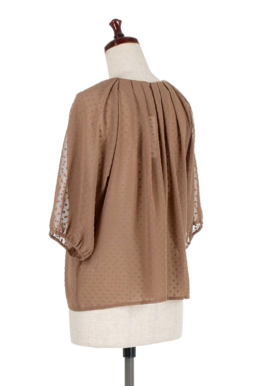 DobbyClothTuckBlouseドビー生地・タックブラウス大人カジュアルに最適な海外ファッションのothers(その他インポートアイテム)のトップスやシャツ・ブラウス。透け感のあるカットドビーの素材感を活かしたパフスリーブブラウス。首元のタックから伸びるドレープと程よい着丈の長さで着回しやすさ抜群のブラウスです。/main-18