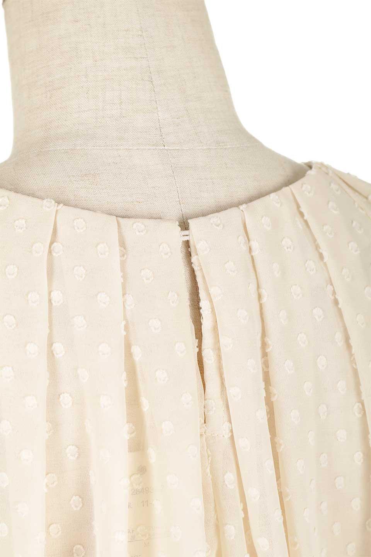 DobbyClothTuckBlouseドビー生地・タックブラウス大人カジュアルに最適な海外ファッションのothers(その他インポートアイテム)のトップスやシャツ・ブラウス。透け感のあるカットドビーの素材感を活かしたパフスリーブブラウス。首元のタックから伸びるドレープと程よい着丈の長さで着回しやすさ抜群のブラウスです。/main-22