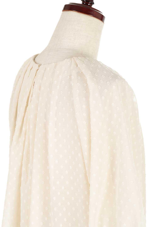 DobbyClothTuckBlouseドビー生地・タックブラウス大人カジュアルに最適な海外ファッションのothers(その他インポートアイテム)のトップスやシャツ・ブラウス。透け感のあるカットドビーの素材感を活かしたパフスリーブブラウス。首元のタックから伸びるドレープと程よい着丈の長さで着回しやすさ抜群のブラウスです。/main-23