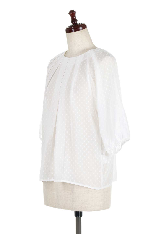 DobbyClothTuckBlouseドビー生地・タックブラウス大人カジュアルに最適な海外ファッションのothers(その他インポートアイテム)のトップスやシャツ・ブラウス。透け感のあるカットドビーの素材感を活かしたパフスリーブブラウス。首元のタックから伸びるドレープと程よい着丈の長さで着回しやすさ抜群のブラウスです。/main-6