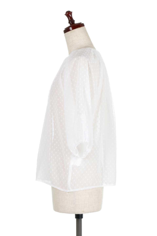 DobbyClothTuckBlouseドビー生地・タックブラウス大人カジュアルに最適な海外ファッションのothers(その他インポートアイテム)のトップスやシャツ・ブラウス。透け感のあるカットドビーの素材感を活かしたパフスリーブブラウス。首元のタックから伸びるドレープと程よい着丈の長さで着回しやすさ抜群のブラウスです。/main-7