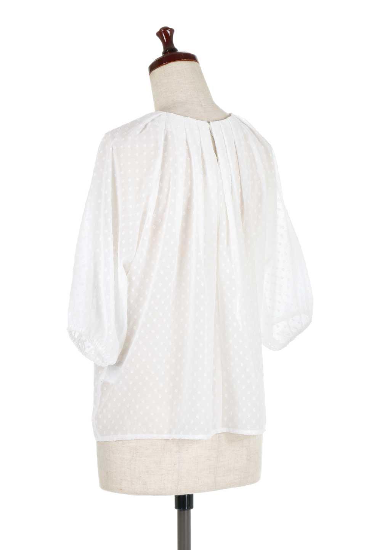 DobbyClothTuckBlouseドビー生地・タックブラウス大人カジュアルに最適な海外ファッションのothers(その他インポートアイテム)のトップスやシャツ・ブラウス。透け感のあるカットドビーの素材感を活かしたパフスリーブブラウス。首元のタックから伸びるドレープと程よい着丈の長さで着回しやすさ抜群のブラウスです。/main-8
