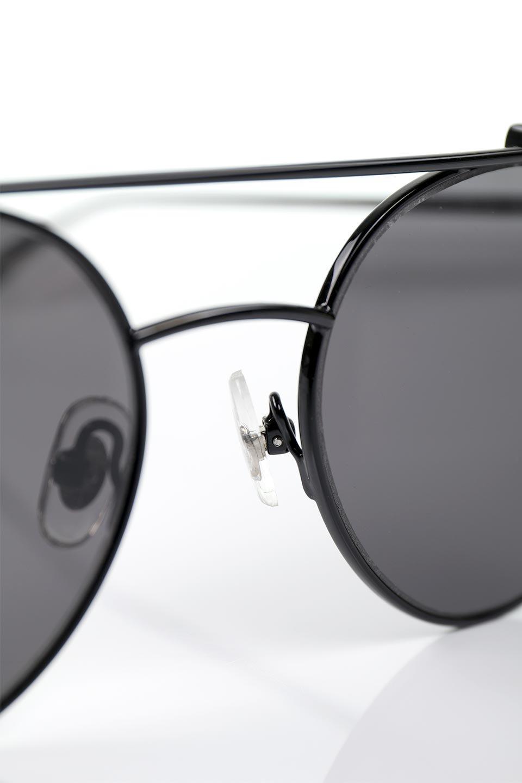 WONDERLANDのRIALTO(02-GlossBlack/GrayLens)リアルト・メタルフレーム・サングラス/WONDERLANDのメガネ・サングラスや。丸型レンズで人気のIndioよりヴィンテージかつエレガントにアップデートされたモデル。両サイドの「ヨロイ」と呼ばれる箇所に装飾を施しているため、着用時には単なる丸型レンズとは違った印象になります。/main-12