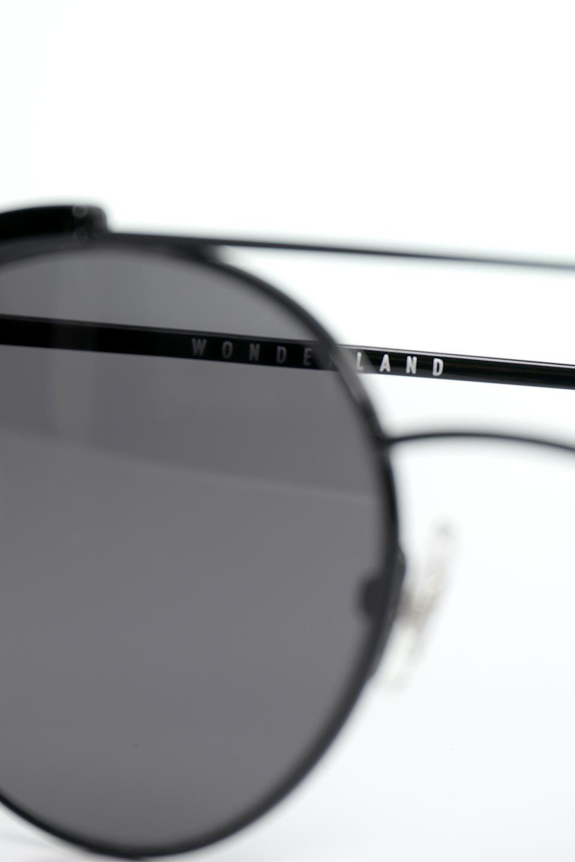 WONDERLANDのRIALTO(02-GlossBlack/GrayLens)リアルト・メタルフレーム・サングラス/WONDERLANDのメガネ・サングラスや。丸型レンズで人気のIndioよりヴィンテージかつエレガントにアップデートされたモデル。両サイドの「ヨロイ」と呼ばれる箇所に装飾を施しているため、着用時には単なる丸型レンズとは違った印象になります。/main-17