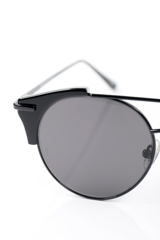 WONDERLANDのRIALTO(02-GlossBlack/GrayLens)リアルト・メタルフレーム・サングラス/WONDERLANDのメガネ・サングラスや。丸型レンズで人気のIndioよりヴィンテージかつエレガントにアップデートされたモデル。両サイドの「ヨロイ」と呼ばれる箇所に装飾を施しているため、着用時には単なる丸型レンズとは違った印象になります。/main-8