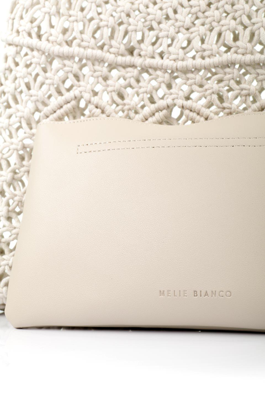meliebiancoのNatalie(Bone)マクラメ編み・サマーハンドバッグ/海外ファッション好きにオススメのインポートバッグとかばん、MelieBianco(メリービアンコ)のバッグやハンドバッグ。ざっくり感のあるマクラメ編みが涼し気なリングハンドル・ハンドバッグ。リング状の持ち手は天然のバンブー(竹)でナチュラルな雰囲気を楽しめます。/main-12