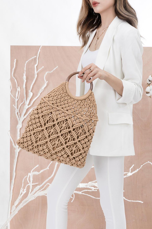 meliebiancoのNatalie(Bone)マクラメ編み・サマーハンドバッグ/海外ファッション好きにオススメのインポートバッグとかばん、MelieBianco(メリービアンコ)のバッグやハンドバッグ。ざっくり感のあるマクラメ編みが涼し気なリングハンドル・ハンドバッグ。リング状の持ち手は天然のバンブー(竹)でナチュラルな雰囲気を楽しめます。/main-14