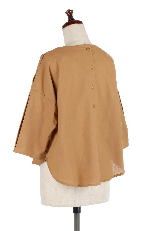SlitShoulderBlouseスリットショルダー・7分袖ブラウス大人カジュアルに最適な海外ファッションのothers(その他インポートアイテム)のトップスやシャツ・ブラウス。肩のチラ見せがポイントの7分袖ブラウス。スリットとプリーツの袖が可愛い3シーズン活躍するアイテムです。/main-13