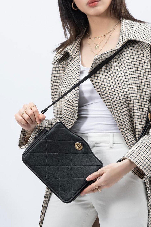 meliebiancoのMiley(Black)キルティングステッチ・ショルダーバッグ/海外ファッション好きにオススメのインポートバッグとかばん、MelieBianco(メリービアンコ)のバッグやハンドバッグ。上品なキルティングステッチが可愛いショルダーバッグ。しっかりとした芯入りのビーガンレザーで型崩れの心配はナシ。/main-13
