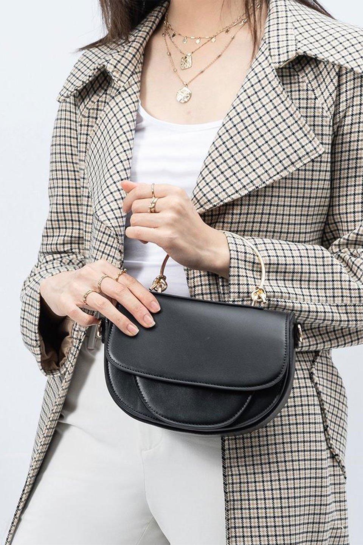 meliebiancoのIsabel(Black)ワンハンドル・2Wayミニバッグ/海外ファッション好きにオススメのインポートバッグとかばん、MelieBianco(メリービアンコ)のバッグやショルダーバッグ。ゴールドのメタルハンドルがアクセントのミニハンドバッグ。丸みを帯びたラウンドタイプはメリービアンコの本国アメリカはもちろんヨーロッパでも人気のシルエット。/main-16