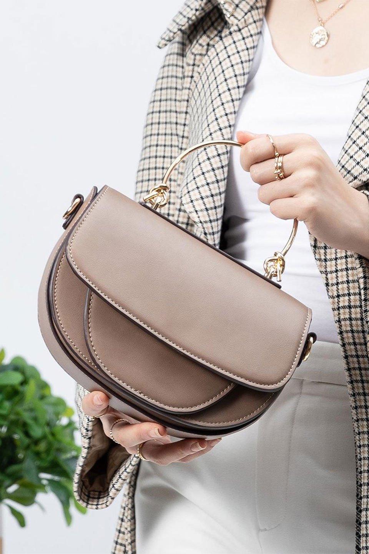 meliebiancoのIsabel(Taupe)ワンハンドル・2Wayミニバッグ/海外ファッション好きにオススメのインポートバッグとかばん、MelieBianco(メリービアンコ)のバッグやショルダーバッグ。ゴールドのメタルハンドルがアクセントのミニハンドバッグ。丸みを帯びたラウンドタイプはメリービアンコの本国アメリカはもちろんヨーロッパでも人気のシルエット。/main-15