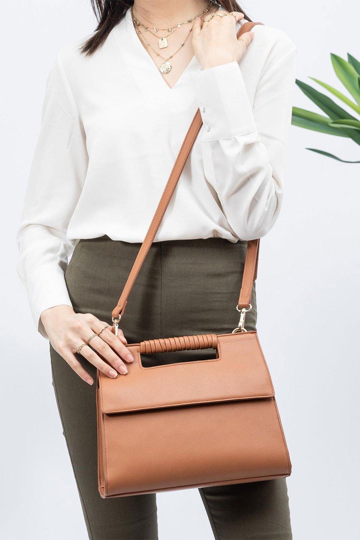 meliebiancoのBlair(Camel)ワンハンドル・ハンドバッグ/海外ファッション好きにオススメのインポートバッグとかばん、MelieBianco(メリービアンコ)のバッグやハンドバッグ。スクエアなシルエットがシャープな印象のハンドバッグ。普段使いはもちろん、仕事でもつかえるシンプルデザインです。/main-18