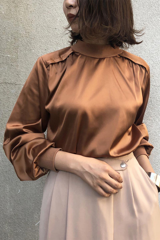 GatheredSatinBlouseサテン・ギャザーブラウス大人カジュアルに最適な海外ファッションのothers(その他インポートアイテム)のトップスやシャツ・ブラウス。サテン地で女性らしく華奢な印象にのブラウス。肩タックからのギャザーの流れが美しいブラウスです。/main-16