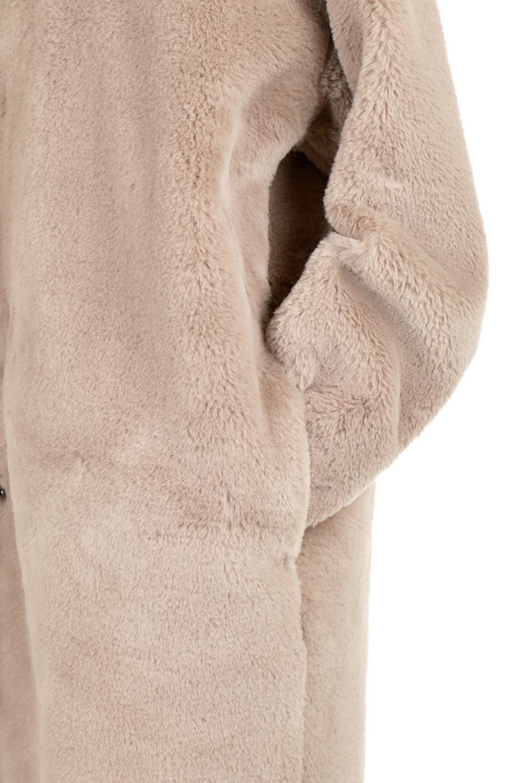 VelourEcoFurCollarlessLongCoatベロア風エコファー・ロングコート大人カジュアルに最適な海外ファッションのothers(その他インポートアイテム)のアウターやコート。ベロア風のエコファーを用いたノーカラーのロングコート。合わせるインナーを選ばないオールマイティーなアイテム。/main-19