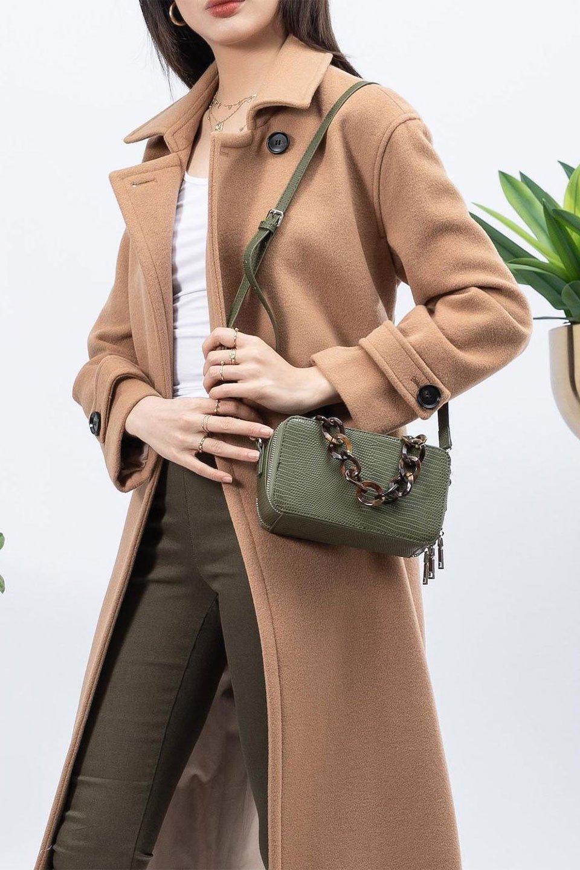 meliebiancoのDemi(Olive)スクエア・ミニショルダーバッグ/海外ファッション好きにオススメのインポートバッグとかばん、MelieBianco(メリービアンコ)のバッグやハンドバッグ。上品な光沢のクロコダイルの型押しが美しいスクエアタイプのミニハンドバッグ。艶めかしい型押しのマテリアルとべっ甲調のチェーンハンドルが◎ファスナーで前後に開くユニークなスタイルも目を引きます。/main-15