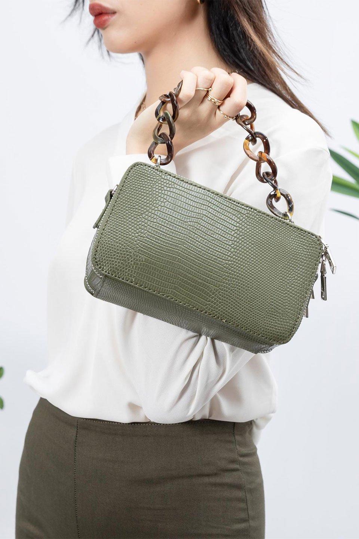meliebiancoのDemi(Olive)スクエア・ミニショルダーバッグ/海外ファッション好きにオススメのインポートバッグとかばん、MelieBianco(メリービアンコ)のバッグやハンドバッグ。上品な光沢のクロコダイルの型押しが美しいスクエアタイプのミニハンドバッグ。艶めかしい型押しのマテリアルとべっ甲調のチェーンハンドルが◎ファスナーで前後に開くユニークなスタイルも目を引きます。/main-16