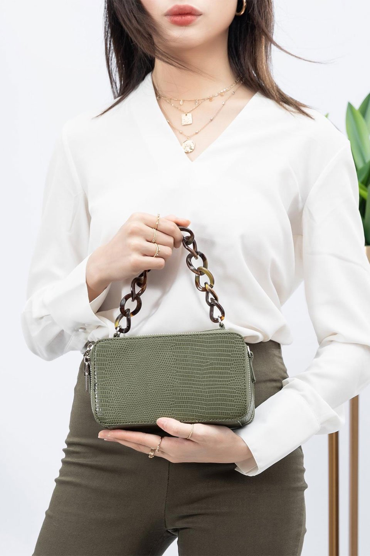 meliebiancoのDemi(Olive)スクエア・ミニショルダーバッグ/海外ファッション好きにオススメのインポートバッグとかばん、MelieBianco(メリービアンコ)のバッグやハンドバッグ。上品な光沢のクロコダイルの型押しが美しいスクエアタイプのミニハンドバッグ。艶めかしい型押しのマテリアルとべっ甲調のチェーンハンドルが◎ファスナーで前後に開くユニークなスタイルも目を引きます。/main-17