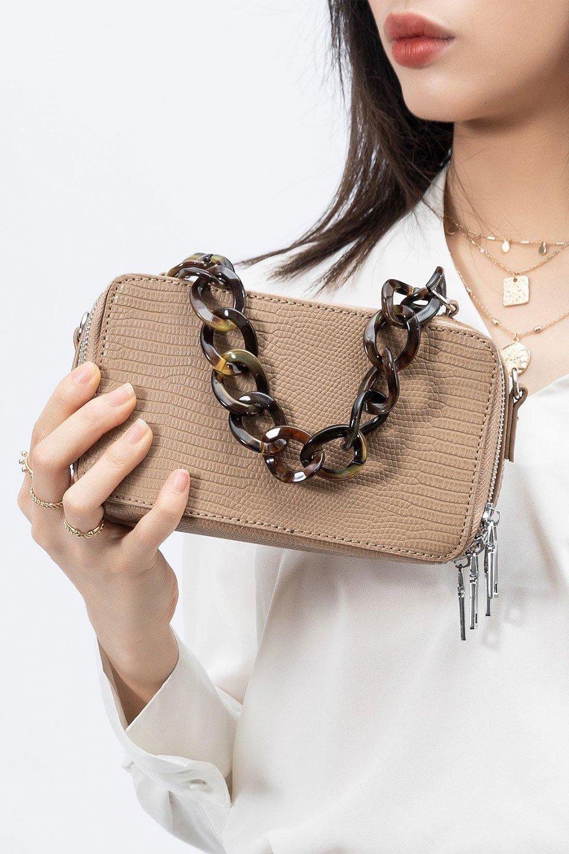 meliebiancoのDemi(Taupe)スクエア・ミニショルダーバッグ/海外ファッション好きにオススメのインポートバッグとかばん、MelieBianco(メリービアンコ)のバッグやハンドバッグ。上品な光沢のクロコダイルの型押しが美しいスクエアタイプのミニハンドバッグ。艶めかしい型押しのマテリアルとべっ甲調のチェーンハンドルが◎ファスナーで前後に開くユニークなスタイルも目を引きます。/main-16