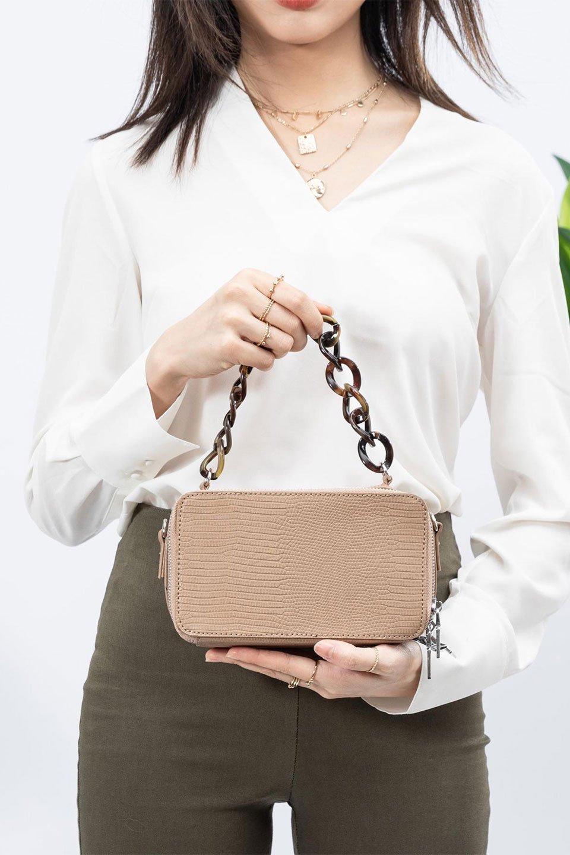 meliebiancoのDemi(Taupe)スクエア・ミニショルダーバッグ/海外ファッション好きにオススメのインポートバッグとかばん、MelieBianco(メリービアンコ)のバッグやハンドバッグ。上品な光沢のクロコダイルの型押しが美しいスクエアタイプのミニハンドバッグ。艶めかしい型押しのマテリアルとべっ甲調のチェーンハンドルが◎ファスナーで前後に開くユニークなスタイルも目を引きます。/main-17
