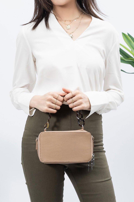 meliebiancoのDemi(Taupe)スクエア・ミニショルダーバッグ/海外ファッション好きにオススメのインポートバッグとかばん、MelieBianco(メリービアンコ)のバッグやハンドバッグ。上品な光沢のクロコダイルの型押しが美しいスクエアタイプのミニハンドバッグ。艶めかしい型押しのマテリアルとべっ甲調のチェーンハンドルが◎ファスナーで前後に開くユニークなスタイルも目を引きます。/main-18