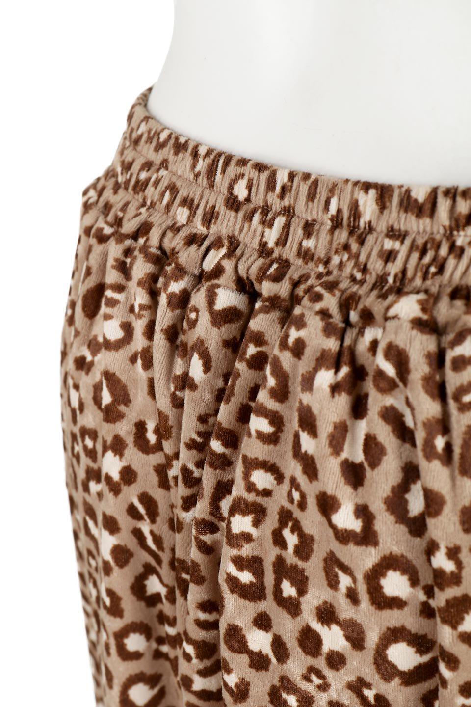 LeopardVelourSemiTightSkirtレオパード柄・ベロアタイトスカート大人カジュアルに最適な海外ファッションのothers(その他インポートアイテム)のボトムやスカート。人気のレオパード柄をベロア生地にプリントしたセミタイトスカート。ブラウン系の色展開でコーディネートのしやすさも抜群なスカートです。/main-17
