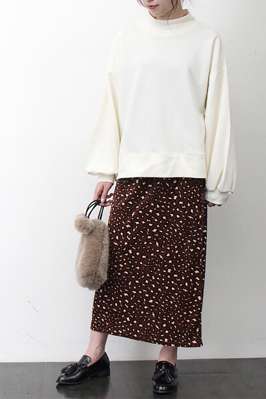 LeopardVelourSemiTightSkirtレオパード柄・ベロアタイトスカート大人カジュアルに最適な海外ファッションのothers(その他インポートアイテム)のボトムやスカート。人気のレオパード柄をベロア生地にプリントしたセミタイトスカート。ブラウン系の色展開でコーディネートのしやすさも抜群なスカートです。/main-22