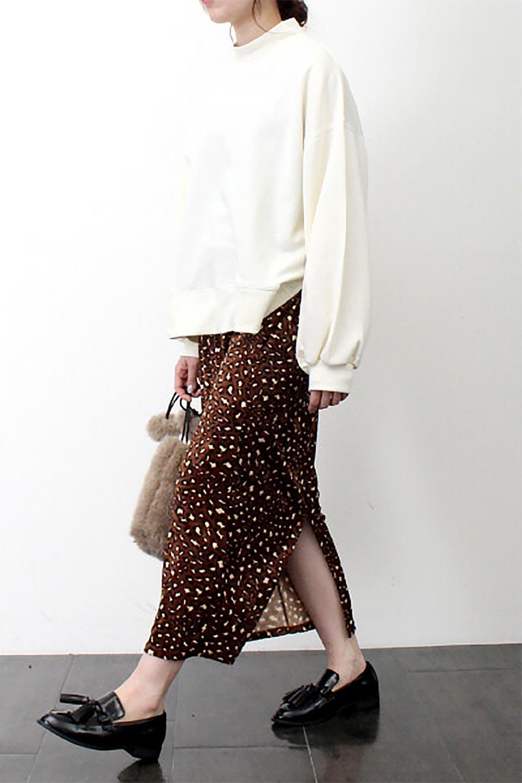 LeopardVelourSemiTightSkirtレオパード柄・ベロアタイトスカート大人カジュアルに最適な海外ファッションのothers(その他インポートアイテム)のボトムやスカート。人気のレオパード柄をベロア生地にプリントしたセミタイトスカート。ブラウン系の色展開でコーディネートのしやすさも抜群なスカートです。/main-23