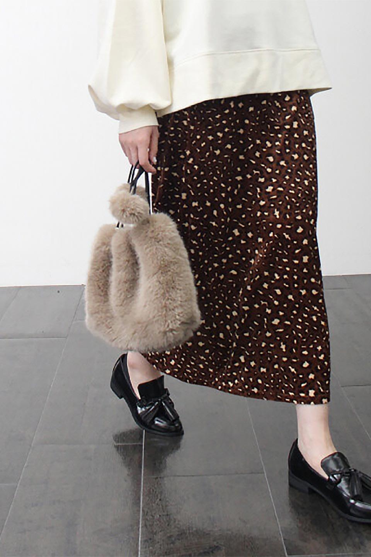 LeopardVelourSemiTightSkirtレオパード柄・ベロアタイトスカート大人カジュアルに最適な海外ファッションのothers(その他インポートアイテム)のボトムやスカート。人気のレオパード柄をベロア生地にプリントしたセミタイトスカート。ブラウン系の色展開でコーディネートのしやすさも抜群なスカートです。/main-24