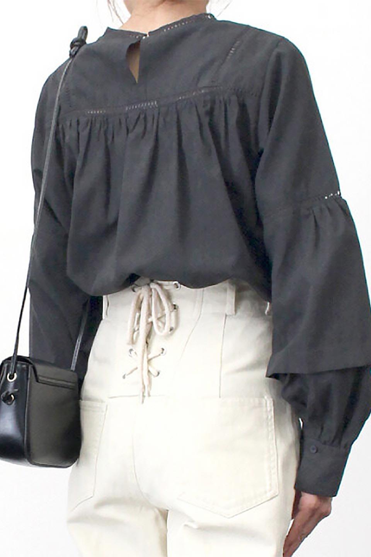 LadderLaceDetailBlouseはしごレースネック・長袖ブラウス大人カジュアルに最適な海外ファッションのothers(その他インポートアイテム)のトップスやシャツ・ブラウス。はしご状のレースでアクセントにしたパフスリーブの長袖ブラウス。たっぷり目の身幅でボディラインを隠してくれ、裾をインしてすっきりと着こなすことも可能です。/main-30