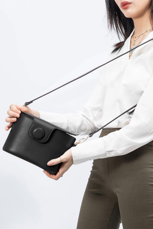 meliebiancoのAdelynn(Black)ワンハンドル・ミニハンドバッグ/海外ファッション好きにオススメのインポートバッグとかばん、MelieBianco(メリービアンコ)のバッグやハンドバッグ。パカッと開くフラップが可愛い2Wayタイプのミニバッグ。どことなくレトロな雰囲気も感じるデザインでコーデの邪魔にならないバッグです。/main-14