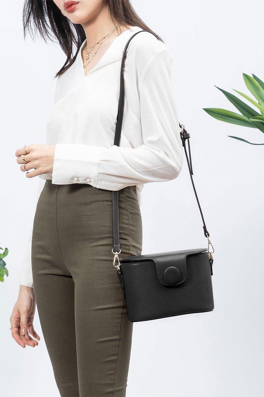 meliebiancoのAdelynn(Black)ワンハンドル・ミニハンドバッグ/海外ファッション好きにオススメのインポートバッグとかばん、MelieBianco(メリービアンコ)のバッグやハンドバッグ。パカッと開くフラップが可愛い2Wayタイプのミニバッグ。どことなくレトロな雰囲気も感じるデザインでコーデの邪魔にならないバッグです。/main-15
