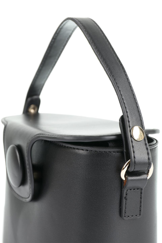 meliebiancoのAdelynn(Black)ワンハンドル・ミニハンドバッグ/海外ファッション好きにオススメのインポートバッグとかばん、MelieBianco(メリービアンコ)のバッグやハンドバッグ。パカッと開くフラップが可愛い2Wayタイプのミニバッグ。どことなくレトロな雰囲気も感じるデザインでコーデの邪魔にならないバッグです。/main-6