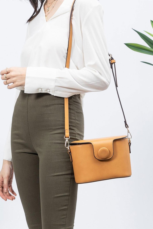 meliebiancoのAdelynn(Mustard)ワンハンドル・ミニハンドバッグ/海外ファッション好きにオススメのインポートバッグとかばん、MelieBianco(メリービアンコ)のバッグやハンドバッグ。パカッと開くフラップが可愛い2Wayタイプのミニバッグ。どことなくレトロな雰囲気も感じるデザインでコーデの邪魔にならないバッグです。/main-16