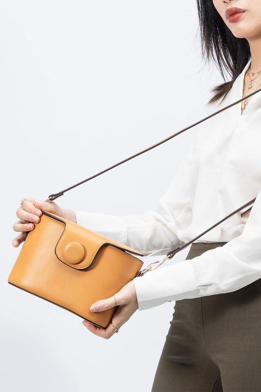 meliebiancoのAdelynn(Mustard)ワンハンドル・ミニハンドバッグ/海外ファッション好きにオススメのインポートバッグとかばん、MelieBianco(メリービアンコ)のバッグやハンドバッグ。パカッと開くフラップが可愛い2Wayタイプのミニバッグ。どことなくレトロな雰囲気も感じるデザインでコーデの邪魔にならないバッグです。/main-17