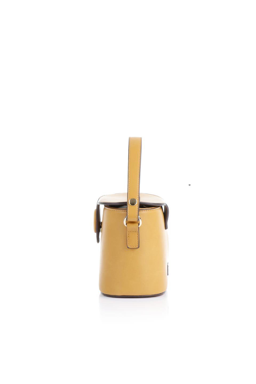 meliebiancoのAdelynn(Mustard)ワンハンドル・ミニハンドバッグ/海外ファッション好きにオススメのインポートバッグとかばん、MelieBianco(メリービアンコ)のバッグやハンドバッグ。パカッと開くフラップが可愛い2Wayタイプのミニバッグ。どことなくレトロな雰囲気も感じるデザインでコーデの邪魔にならないバッグです。/main-2