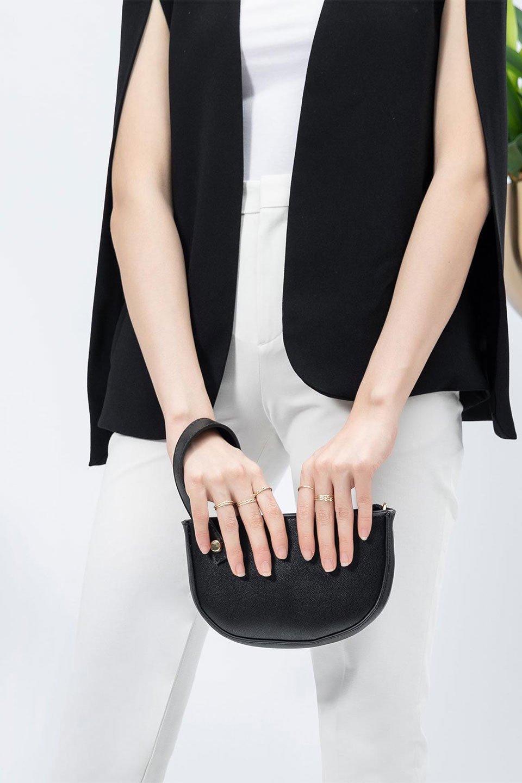 meliebiancoのRenee(Black)2Way・ショルダーバッグ/海外ファッション好きにオススメのインポートバッグとかばん、MelieBianco(メリービアンコ)のバッグやクラッチバッグ。デザインのアクセントにもなっているハンドストラップ付のミニクラッチバッグ。電子決済はフル活用、スマホとミニ財布で事足りる方に人気の小型のバッグです。/main-12