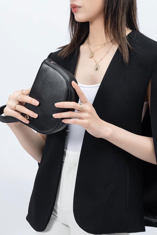 meliebiancoのRenee(Black)2Way・ショルダーバッグ/海外ファッション好きにオススメのインポートバッグとかばん、MelieBianco(メリービアンコ)のバッグやクラッチバッグ。デザインのアクセントにもなっているハンドストラップ付のミニクラッチバッグ。電子決済はフル活用、スマホとミニ財布で事足りる方に人気の小型のバッグです。/main-13