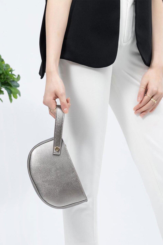 meliebiancoのRenee(Pewter)2Way・ショルダーバッグ/海外ファッション好きにオススメのインポートバッグとかばん、MelieBianco(メリービアンコ)のバッグやクラッチバッグ。デザインのアクセントにもなっているハンドストラップ付のミニクラッチバッグ。電子決済はフル活用、スマホとミニ財布で事足りる方に人気の小型のバッグです。/main-17