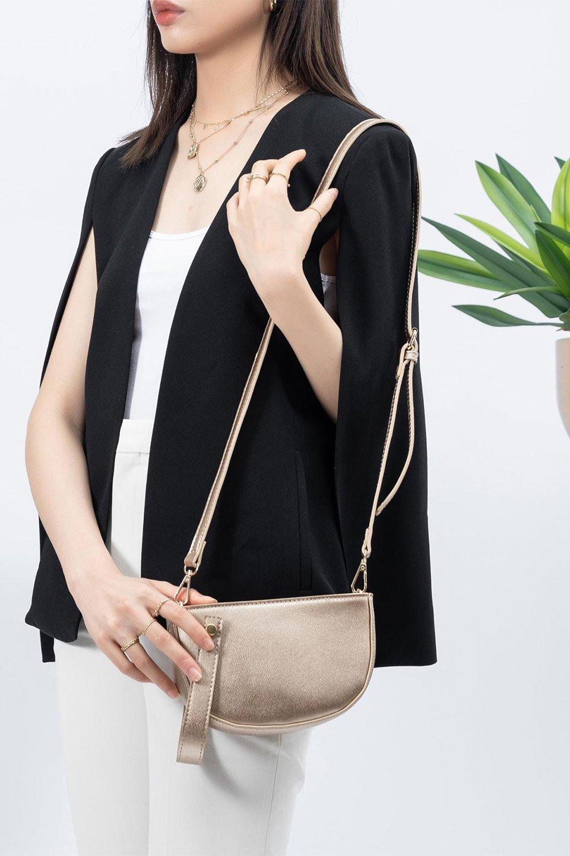 meliebiancoのRenee(Gold)2Way・ショルダーバッグ/海外ファッション好きにオススメのインポートバッグとかばん、MelieBianco(メリービアンコ)のバッグやクラッチバッグ。デザインのアクセントにもなっているハンドストラップ付のミニクラッチバッグ。電子決済はフル活用、スマホとミニ財布で事足りる方に人気の小型のバッグです。/main-16