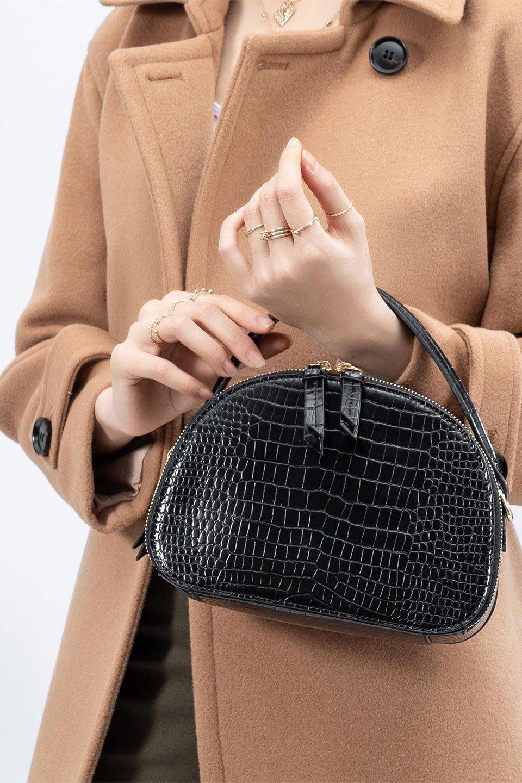 meliebiancoのCalvin(Black)型押しクロコダイル・ワンハンドルバッグ/海外ファッション好きにオススメのインポートバッグとかばん、MelieBianco(メリービアンコ)のバッグやハンドバッグ。上品な光沢を帯びたクロコダイルの型押しが素敵なミニハンドバッグ。芯入りのハンドルはしっくりと手になじむような質感。/main-18