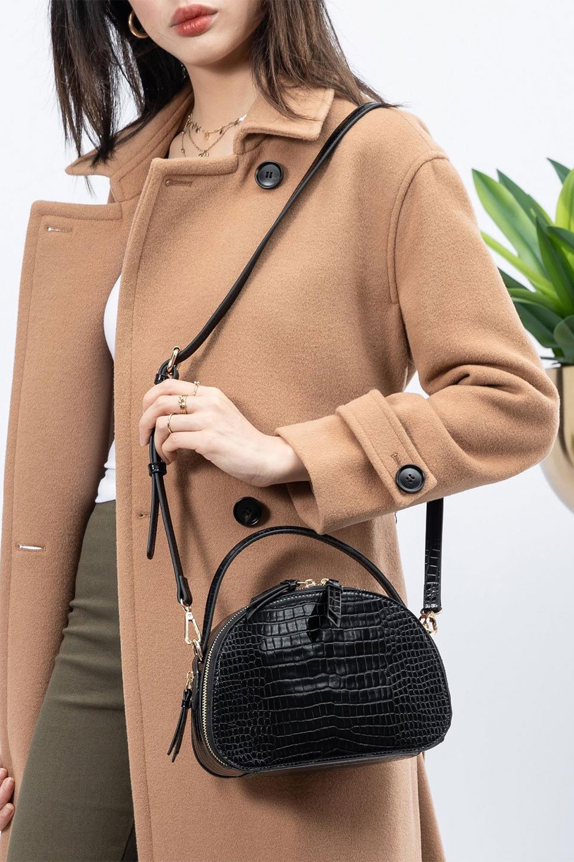 meliebiancoのCalvin(Black)型押しクロコダイル・ワンハンドルバッグ/海外ファッション好きにオススメのインポートバッグとかばん、MelieBianco(メリービアンコ)のバッグやハンドバッグ。上品な光沢を帯びたクロコダイルの型押しが素敵なミニハンドバッグ。芯入りのハンドルはしっくりと手になじむような質感。/main-19