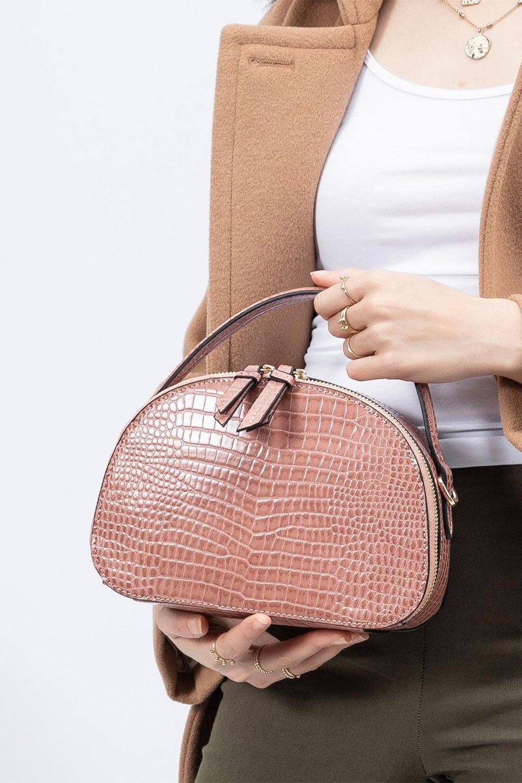 meliebiancoのCalvin(Blush)型押しクロコダイル・ワンハンドルバッグ/海外ファッション好きにオススメのインポートバッグとかばん、MelieBianco(メリービアンコ)のバッグやハンドバッグ。上品な光沢を帯びたクロコダイルの型押しが素敵なミニハンドバッグ。芯入りのハンドルはしっくりと手になじむような質感。/main-16